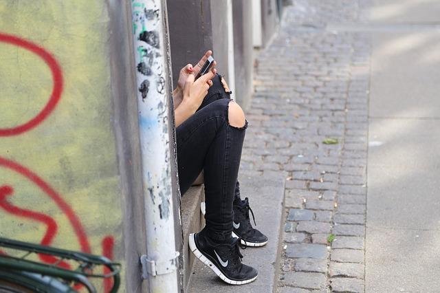 celular-girl-518517_640